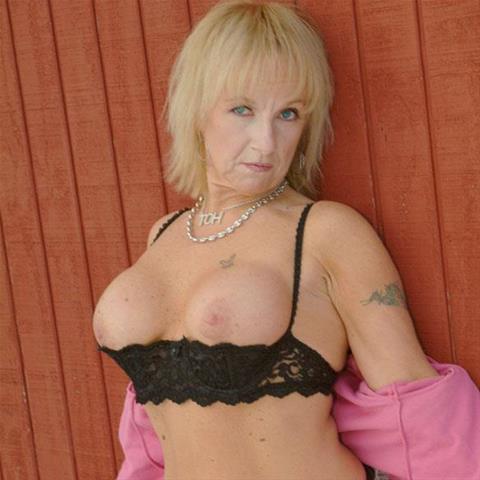 Maak een afspraakje met deze 62-jarige vrouw